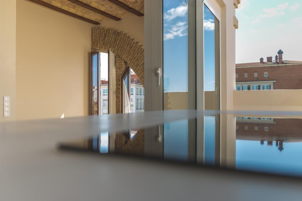 Península de la cocina abierta a la terraza y al salón. Cerveró Obras